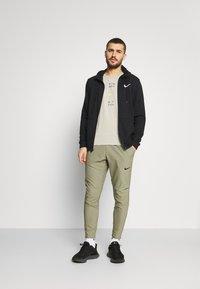 Nike Performance - FLEX VENT MAX PANT - Pantalon de survêtement - light army/black - 1
