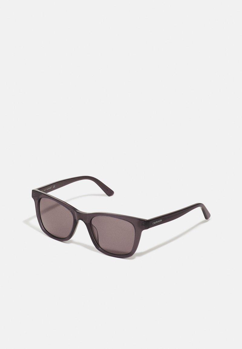 Calvin Klein - UNISEX - Sunglasses - crystal charcoal/grey
