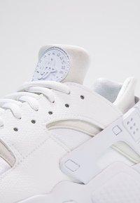 Nike Sportswear - HUARACHE  - Sneakers laag - white - 5