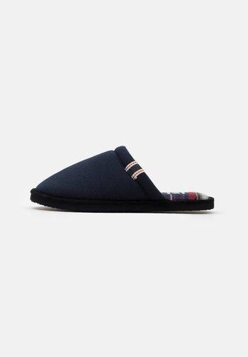 JFWEVANS CASTLEROCK - Domácí obuv - navy blazer