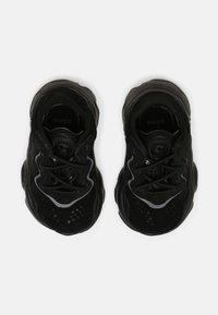 adidas Originals - OZWEEGO UNISEX - Sneakers laag - core black/night - 3