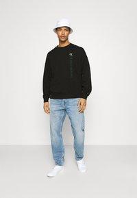 Calvin Klein Jeans - CREWNECK UNISEX - Collegepaita - black - 1
