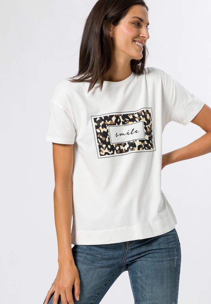 zero - MIT LEO FRONTPRINT - Print T-shirt - offwhite