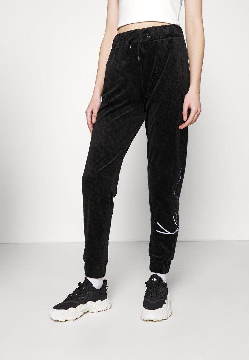 Karl Kani - SIGNATURE PANTS  - Tracksuit bottoms - black