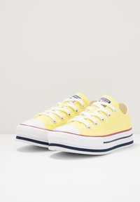 Converse - CHUCK TAYLOR ALL STAR PLATFORM EVA - Sneakersy niskie - zinc yellow/white - 3