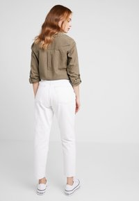 Topshop Petite - MOM - Relaxed fit jeans - white - 2