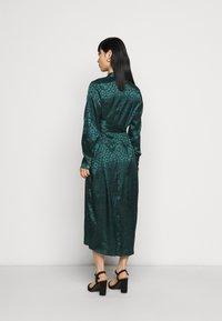 Never Fully Dressed Petite - LEOPARD LONGSLEEVE WRAP DRESS - Cocktailjurk - emerald - 2