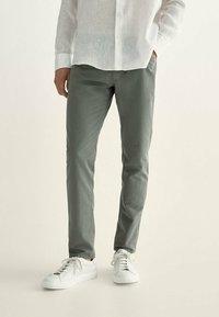 Massimo Dutti - MIT KONTRASTEN  - Slim fit jeans - khaki - 0