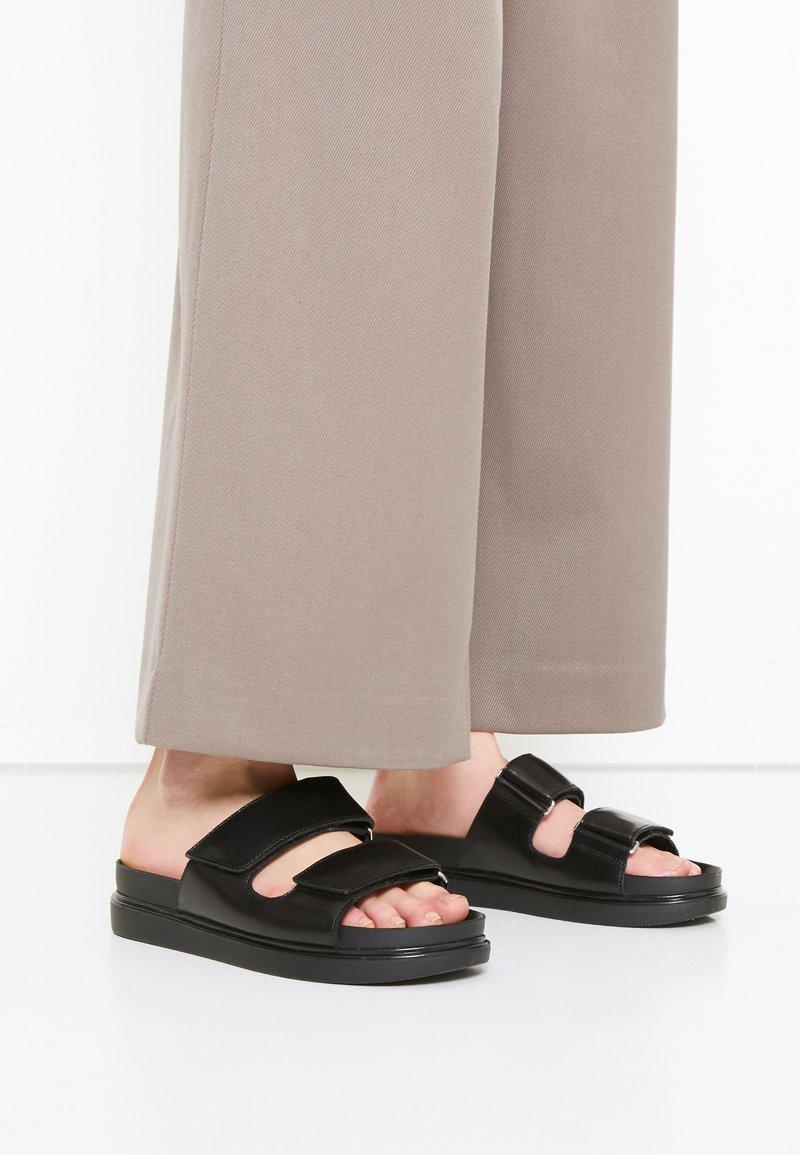 Vagabond - ERIN - Pantofle - black