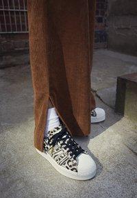 adidas Originals - SUPERSTAR SPORTS INSPIRED  - Joggesko - core black/offwhite/gold metallic - 4