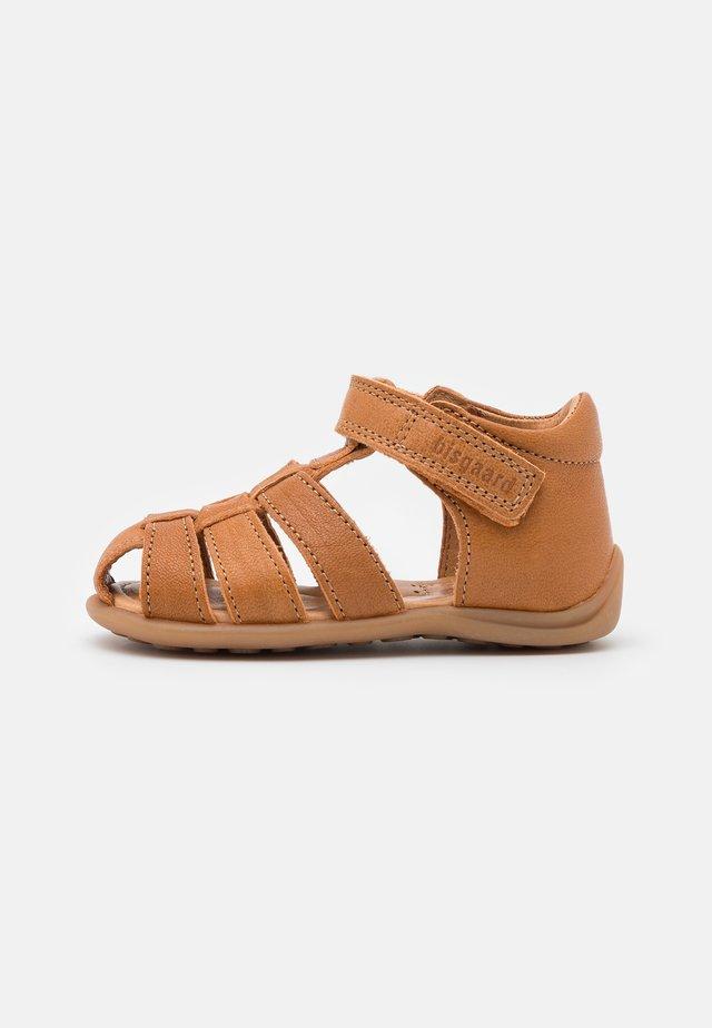 CARLY UNISEX - Sandaalit nilkkaremmillä - tan