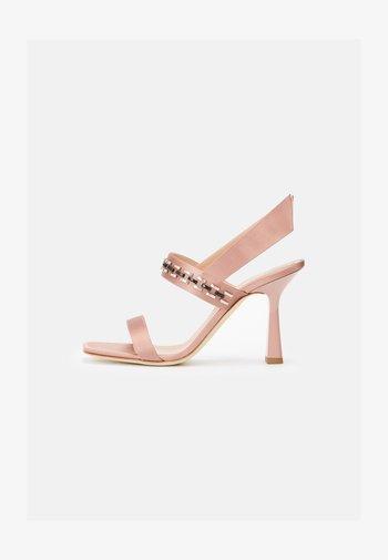 Sandály na vysokém podpatku - violet