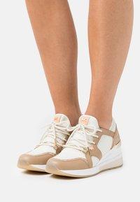 MICHAEL Michael Kors - LIV TRAINER - Sneakers laag - camel/multicolor - 0