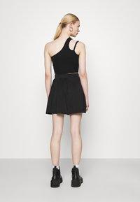 Missguided - PLEATED SIDE POCKET DETAIL SKIRT - Mini skirt - black - 2