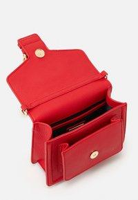 Versace Jeans Couture - MINI TOP HANDLE - Handbag - rosso - 3