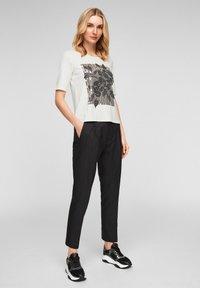s.Oliver BLACK LABEL - MIT PAILLETTEN - Print T-shirt - off-white - 1