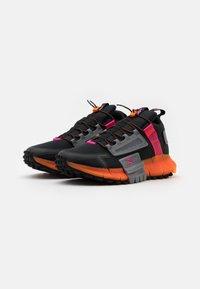 Reebok Classic - ZIG KINETICA EDGE - Sneakersy niskie - black/proud pink - 1