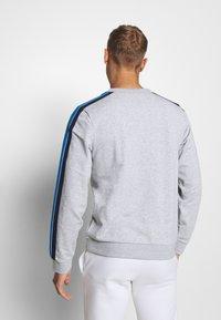Lacoste Sport - RAINBOW TAPING - Collegepaita - silver chine/navy blue/utramarine/green/white - 2