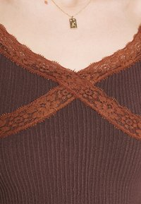 BDG Urban Outfitters - CROSS CAMI - Topper - chocolate - 6