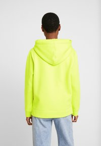 Tommy Hilfiger - HOODIE - Jersey con capucha - hyper yellow - 2