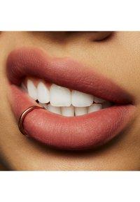 MAC - POWDER KISS LIQUID LIPCOLOUR - Rouge à lèvres liquide - over the taupe - 5