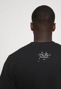 HUF - NATURAL HIGH TEE - Print T-shirt - black - 4