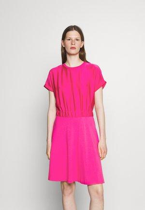 NAMASTIA - Kjole - bright pink