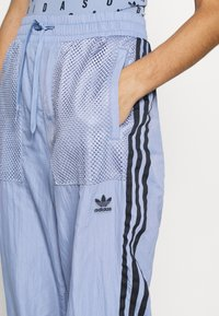 adidas Originals - SPORTS INSPIRED PANTS - Tracksuit bottoms - chalk blue - 4