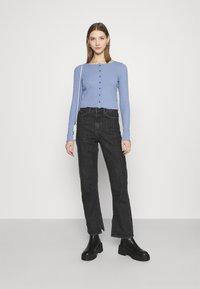 Cotton On - CORI CROP BUTTON THROUGH - Cardigan - vintage blue - 1