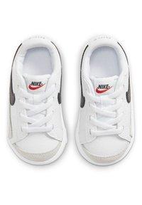 Nike Sportswear - BLAZER LOW '77 BT - Sneakers laag - white/black team orange - 3