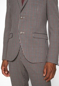Isaac Dewhirst - BOLD VINTAGE CHECK SUIT - Garnitur - red check - 6