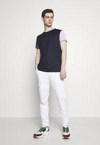 Paul Smith - GENTS OVERSIZE STRIPED SLEEVE - T-shirt imprimé - dark blue - 1