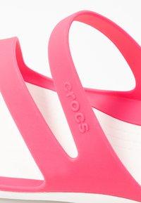 Crocs - SWIFTWATER - Sandały kąpielowe - paradise pink/white - 2