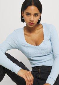 Monki - Maglietta a manica lunga - blue light - 3