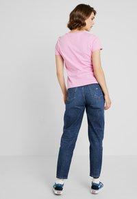 Tommy Jeans - TJW CORP LOGO TEE - T-shirt imprimé - lilac - 2