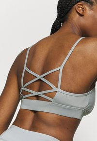 Puma - RUCHING SPORT BRA - Sports bra - quarry - 4