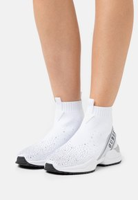 Guess - BAMMIE - High-top trainers - white/silver - 0