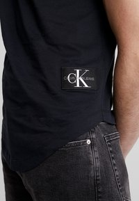 Calvin Klein Jeans - BADGE TURN UP SLEEVE - Triko s potiskem - black - 6