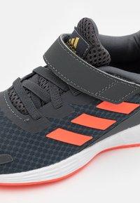 adidas Performance - DURAMO UNISEX - Laufschuh Neutral - grey six/solar red/carbon - 5