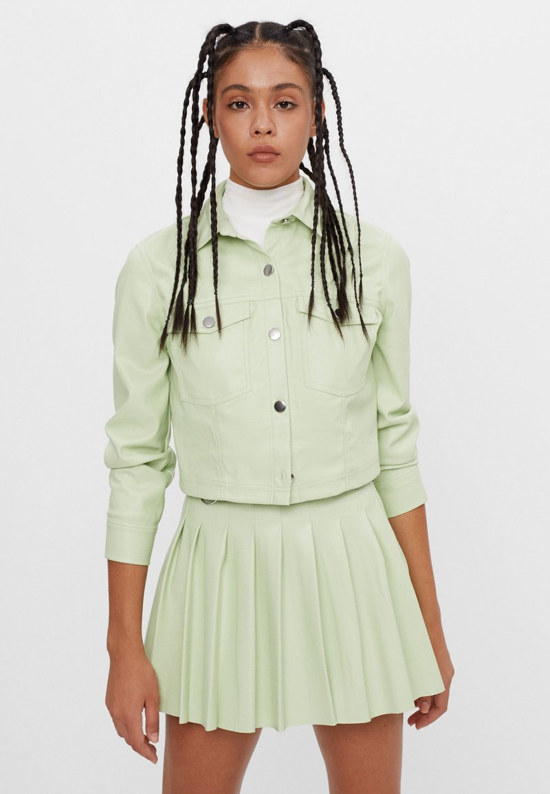 Bershka - MIT KELLERFALTEN - Pleated skirt - green