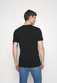 MOSCHINO - Camiseta estampada - black - 2