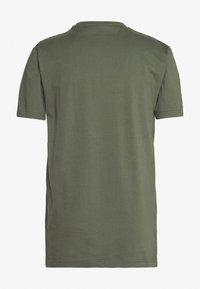 Cleptomanicx - GOING ROUND - T-shirt z nadrukiem - thyme - 1