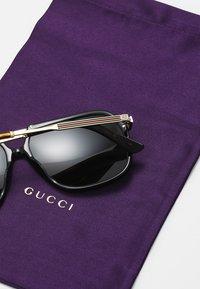 Gucci - Zonnebril - black/gold/green - 4