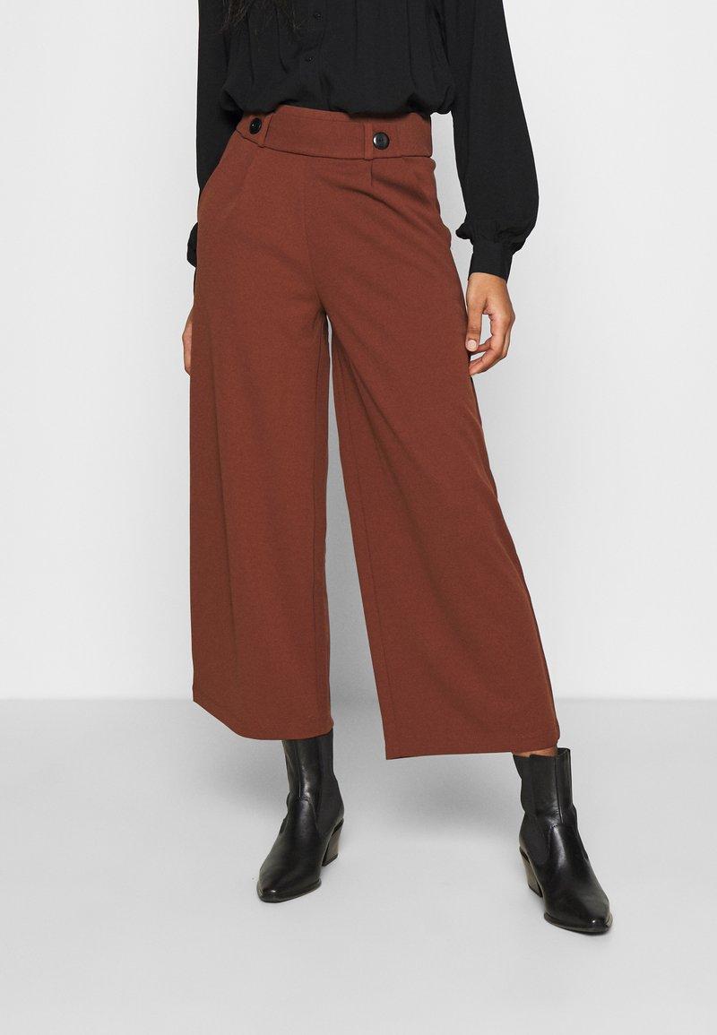 JDY - JDYGEGGO NEW ANCLE PANTS - Trousers - cherry mahogany/black