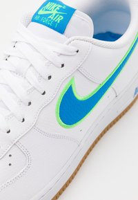 Nike Sportswear - AIR FORCE 1 '07 LV8 UNISEX - Trainers - white/light photo blue/poison green/light brown - 5