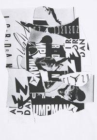 Jordan - BRAND CREW - Printtipaita - white/black - 2