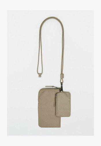 MIT LEDERDETAILS  - Phone case - beige