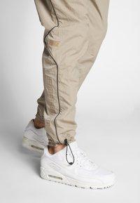Nike Sportswear - Teplákové kalhoty - khaki/light bone - 3
