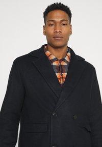 Mennace - TAILORED COAT - Classic coat - navy - 4