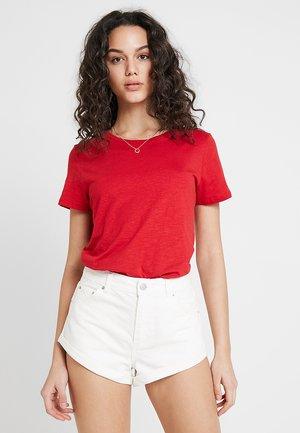 THE CREW - Print T-shirt - scarlet sage